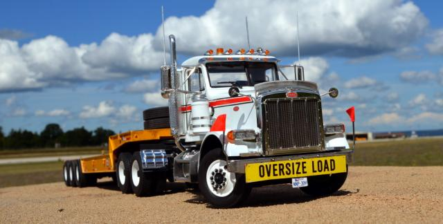 Hulcher_Peterbilt_379_and_Lowboy.jpg
